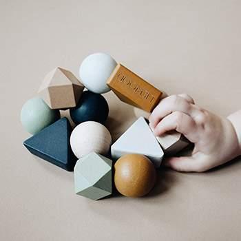 Hochet en bois coloré Anna Liewood