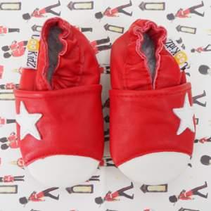 Chaussons en cuir Lookidz Etoile blanche fond rouge