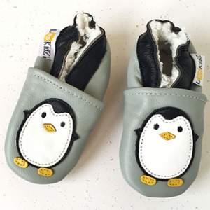 Chaussons en cuir fourrés Lookidz Pingouin gris